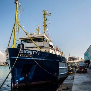 MSF soccorre i migranti con la Dignity I