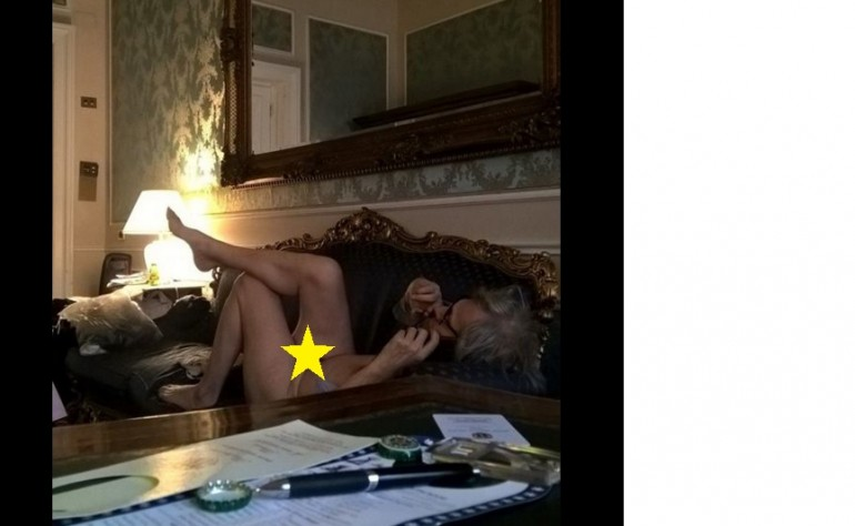 Vittorio Sgarbi cita Gabriele D'Annunzio apparendo completamente nudo sul web